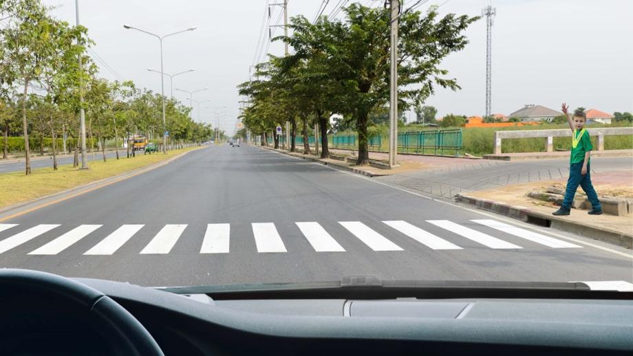 Če ni semaforja pri prehodu za pešce, naj otrok dvigne roko in počaka, da se vozilo ustavi.
